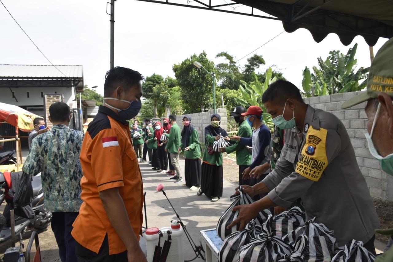 Mahasiswa Bersama Satgas COVID-19 IAIN Kediri Distribusikan Paket Sembako Ke Posko Isolasi